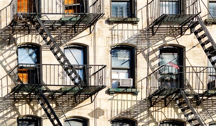 Jeux d'ombres sur une vieille façade du quartier de  Chelsea à New York