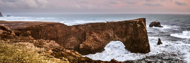 Islande , Arche de Dyrhólaey et au loin à gauche les aiguilles de Reynisjafara